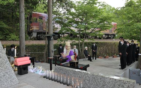 信楽高原鉄道事故から30年となった14日、現場近くの慰霊碑前で追悼法要が行われた(滋賀県甲賀市)=代表撮影