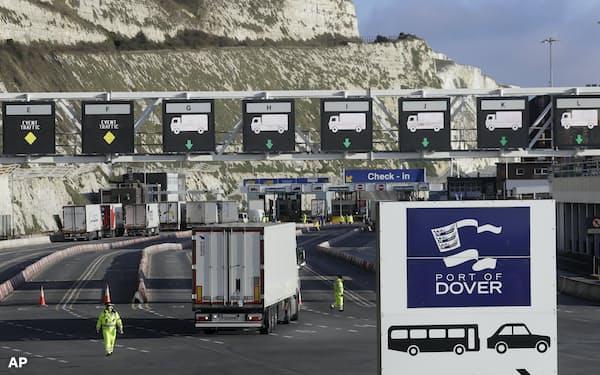 英ドーバー港でフェリーのチェックインに列をつくるトラック(2020年12月)=AP