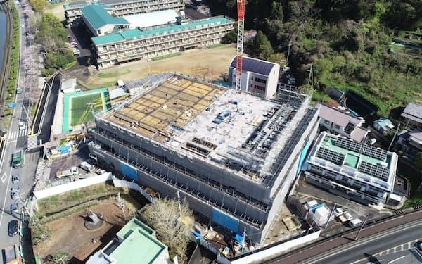 2021年10月の完成をめざし整備が進む熊本県水俣市の市庁舎=同市提供