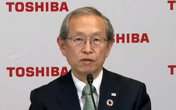 東芝の綱川智社長は株主からの信頼回復を優先課題に打ち出し、融和姿勢を示している(14日のオンライン記者会見)