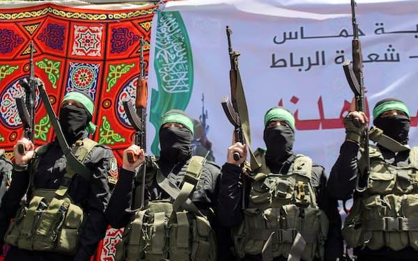 イスラエルに対抗するイスラム原理主義組織ハマスのメンバー(7日、パレスチナ自治区ガザ)=ロイター