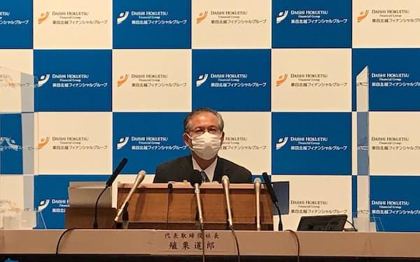 4月の社長就任後、初めての決算発表記者会見に臨む殖栗社長(14日、新潟市)
