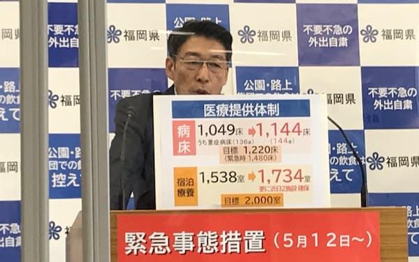 記者会見する服部知事(14日、福岡県庁)