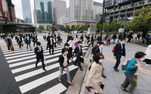 大型連休が明け、マスク姿で通勤する人たち(6日午前、東京・丸の内)