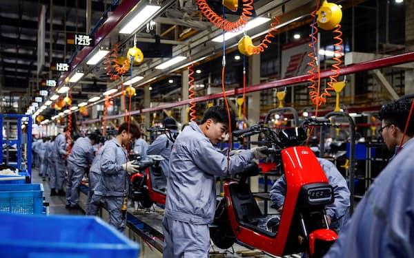 江蘇省常州市の電動バイクの工場=ロイター