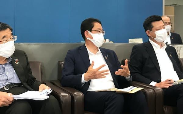 記者会見に臨む江原洋頭取㊥(14日、前橋市)