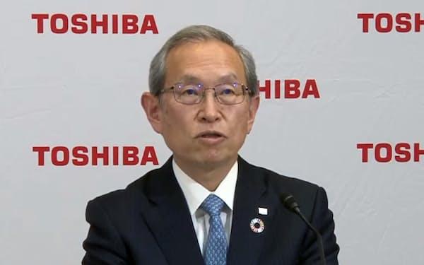 オンラインで決算発表する東芝の綱川智社長兼CEO(14日)
