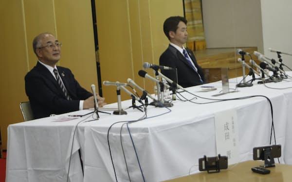 共同記者会見に臨む青森銀の成田頭取㊧とみちのく銀の藤沢頭取(14日、青森市)