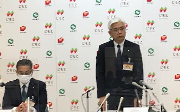 辞任を発表する粟野学じもとHD社長㊨ときらやか銀行の新頭取になる川越取締役