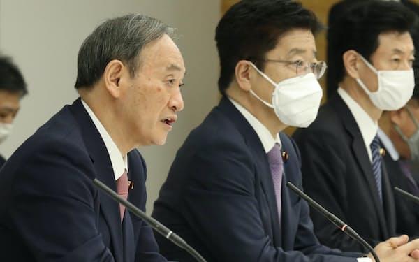 新型コロナ対策本部の会合で緊急事態の宣言地域に3道県の追加を表明する菅首相(14日、首相官邸)