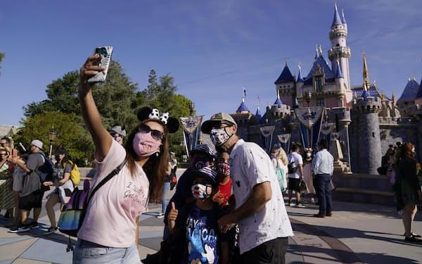 米カリフォルニア州で再開したディズニーランドで自撮りする家族連れ=4月30日(AP=共同)