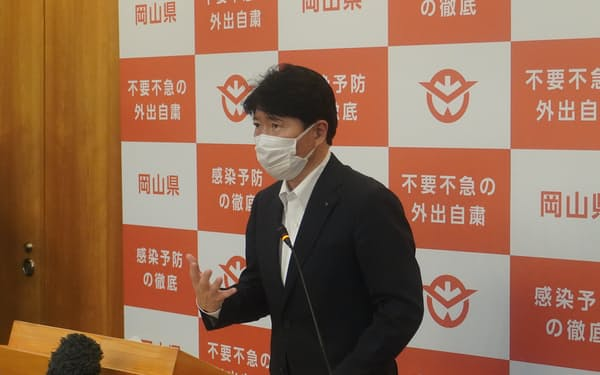 新型コロナウイルスの対策本部会議後に取材に応じる岡山県の伊原木知事(14日、県庁)