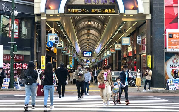 札幌市中心部の狸小路商店街も多くの客でにぎわった(8日)