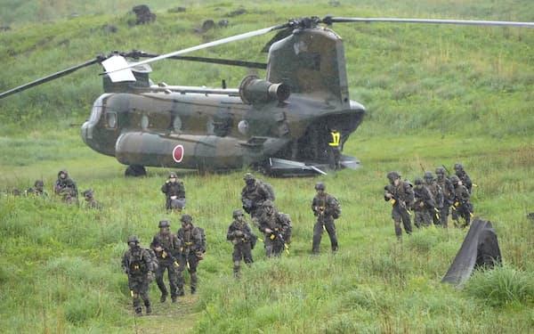 陸上自衛隊霧島演習場で報道陣に公開された日米仏の共同訓練(15日午前)=共同