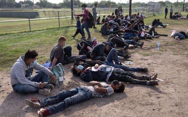 バイデン政権発足後、米国への入国を求める移民が増えている(14日、テキサス州)=ロイター