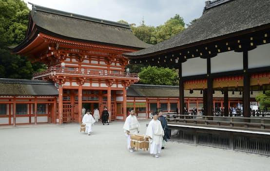 京都・下鴨神社で行われた葵祭の神事(15日午前)=共同