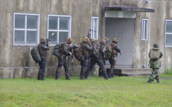 建物の制圧にあたるフランス軍の兵士(15日、霧島演習場)