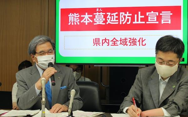 対策本部会議後に記者会見する熊本県の蒲島知事(左、15日、県庁)