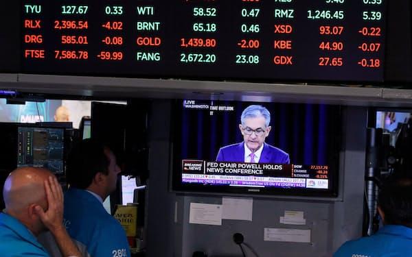 パウエルFRB議長の発言に聞き入るニューヨーク証券取引所のトレーダー=ロイター