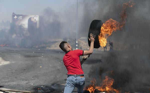 イスラエルに抗議するパレスチナ人のデモ参加者(ヨルダン川西岸ラマラ)=AP