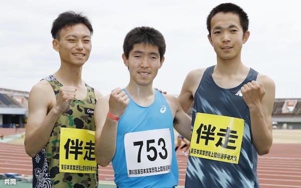 男子5000メートル(視覚障害T11)で世界新をマークして優勝し、伴走者に囲まれながらポースをとる唐沢剣也=共同