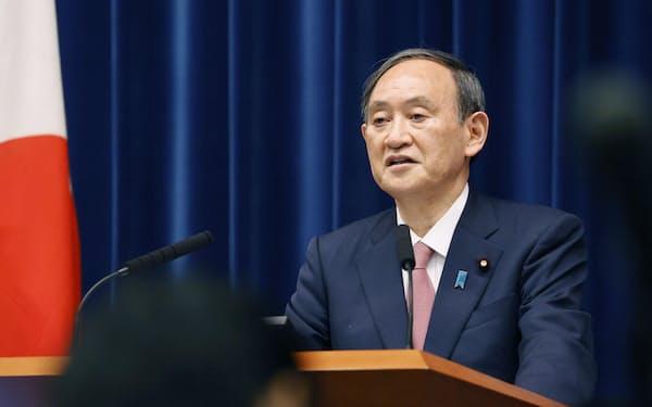 緊急事態宣言の対象に北海道、岡山、広島の3道県を追加することを決め、記者会見する菅首相(14日、首相官邸)=共同