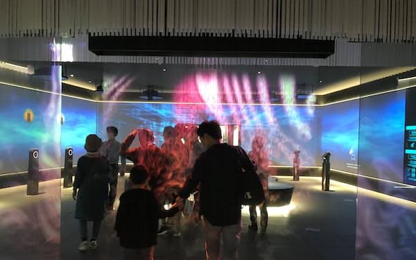 施設内では映像が投映された霧状のゲートなどを来場者が見学した(つくばみらい市、16日)