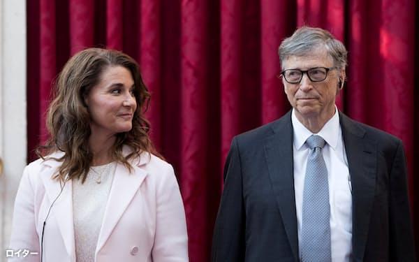 ビル・ゲイツ氏(右)のマイクロソフト取締役退任に関し、過去の女性関係が影響したとの見方が出ている=ロイター