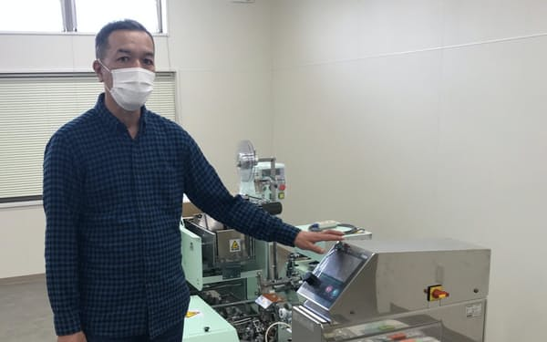 機械化で生産能力を2倍に引き上げる(写真は麺を束ねる機械)
