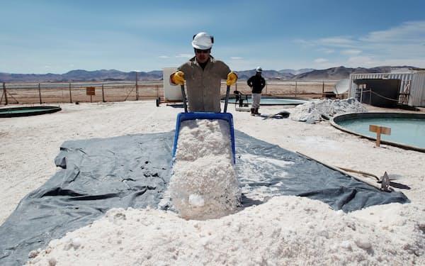 アルゼンチンのリチウム鉱山で働く労働者、2012年=ロイター
