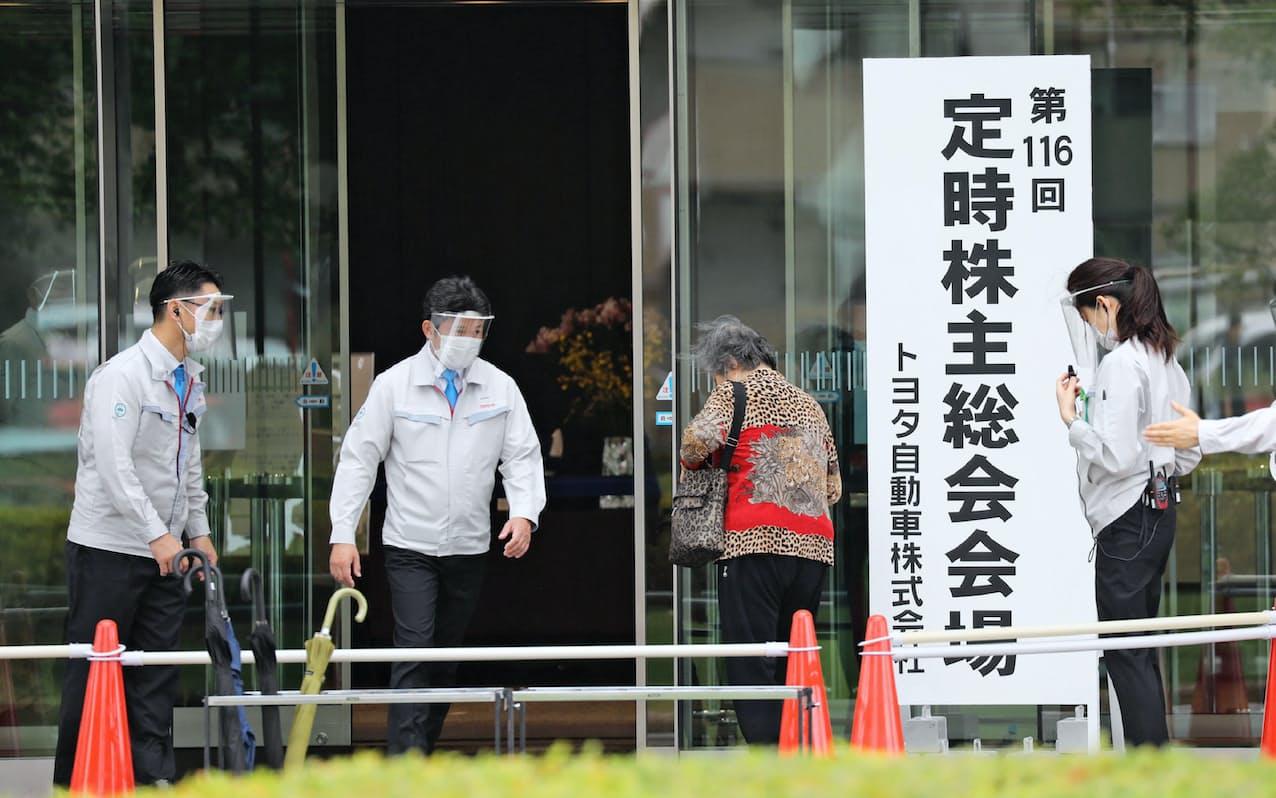 20年のトヨタの総会は感染対策をしながら出席者を案内した(愛知県豊田市)