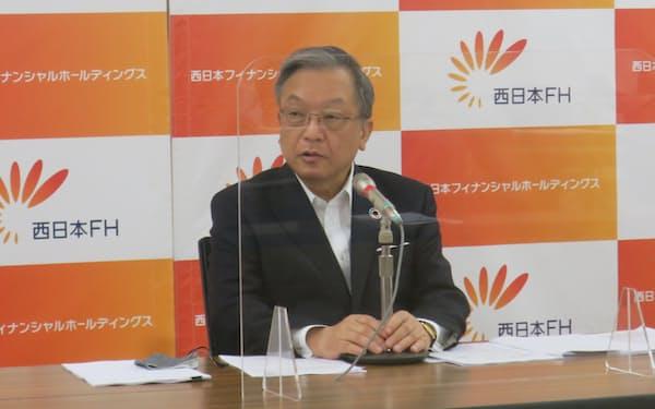 決算を発表する、西日本FHの谷川社長(福岡市)