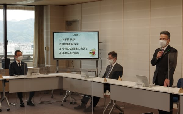 DX推進会議であいさつする杉本達治知事(右)=4月28日、福井県庁