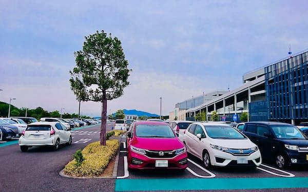 つくば市では自動車が生活を支える(イーアスつくばの駐車場、一部画像処理しています)