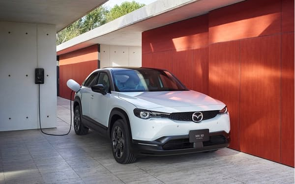 マツダの多目的スポーツ車(SUV)タイプのEV「MX-30 EV MODEL」。小型車向け新プラットフォーム「スモール」を適用した(出所:マツダ)