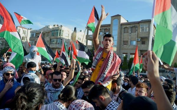 16日、ヨルダンの首都アンマンのイスラエル大使館前でガザ空爆に抗議する人々=ロイター