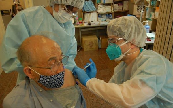 ワクチン接種を受ける高齢者(17日、さいたま市中央区の埼玉精神神経センター)=代表撮影
