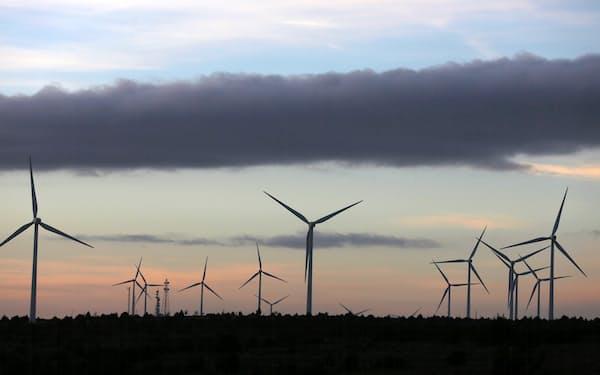 温暖化ガスの排出ゼロには再生可能エネルギーの大規模普及は欠かせない(スペインの風力発電所)=ロイター