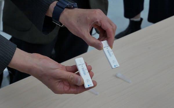 抗原検査キットのデモンストレーションの様子。最短15分で、結果を判定できる(17日、富山大学)