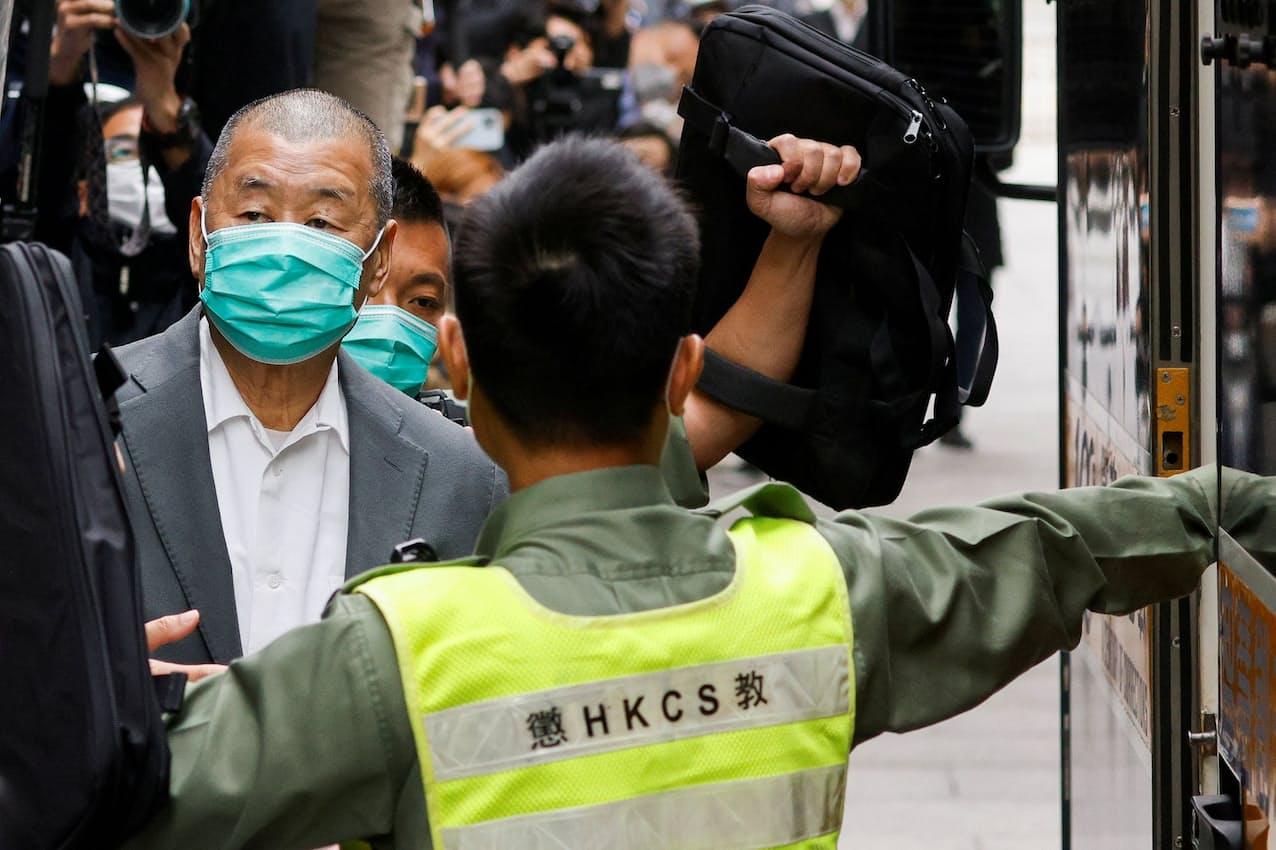 裁判所は蘋果日報創業者の黎智英氏㊧に新たに有罪判決を言い渡した(写真は2月、香港)=ロイター
