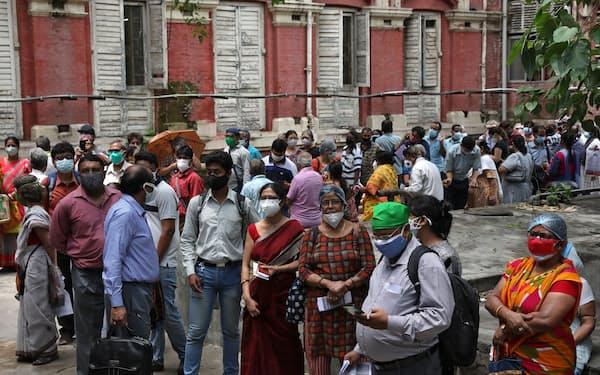 ワクチン接種に長蛇の列をつくるインド市民=ロイター