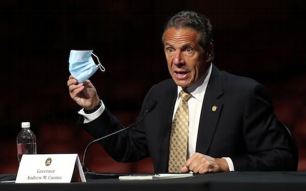 ニューヨーク州のクオモ知事はCDCの指針に沿うと表明した(17日、ニューヨーク)=ロイター