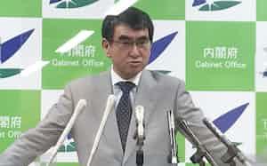 閣議後の記者会見に臨む河野規制改革相(18日)