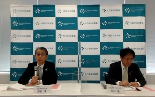 オンライン会見で中期経営計画の見直しを説明する大日本住友製薬の野村博社長㊧