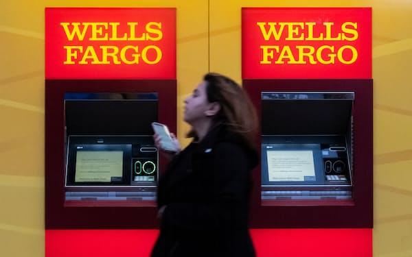 米銀大手ウェルズ・ファーゴも人員削減の圧力を受ける(2020年3月、ニューヨーク市)=ロイター