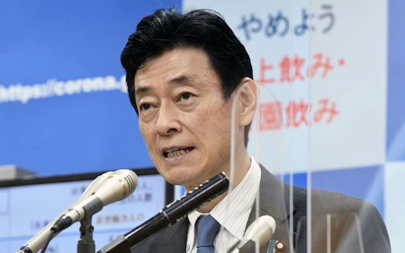 GDPの速報値について記者会見する西村経財相(18日午前、東京都千代田区)