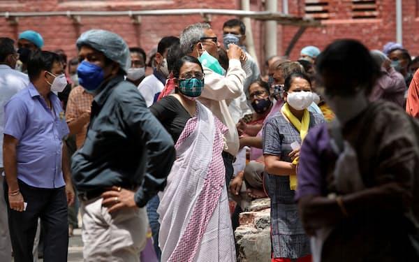 インド・コルカタで、インドのメーカーが製造したワクチンの2回目の接種を待つ人々=ロイター