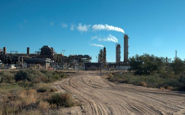 FILE PHOTO: Santos-operated Moomba gas plant is seen outside Moomba, South Australia May 17, 2012.   REUTERS/Rebekah Kebede/File Photo