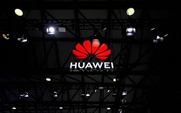 モバイル関連見本市会場に掲げられたファーウェイのロゴ(2月、上海)=ロイター