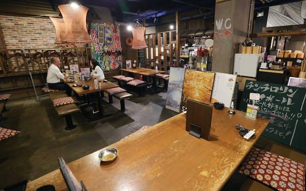 短縮営業の閉店時間の午後8時が近づき、閑散とした店内(4月、名古屋市中区)